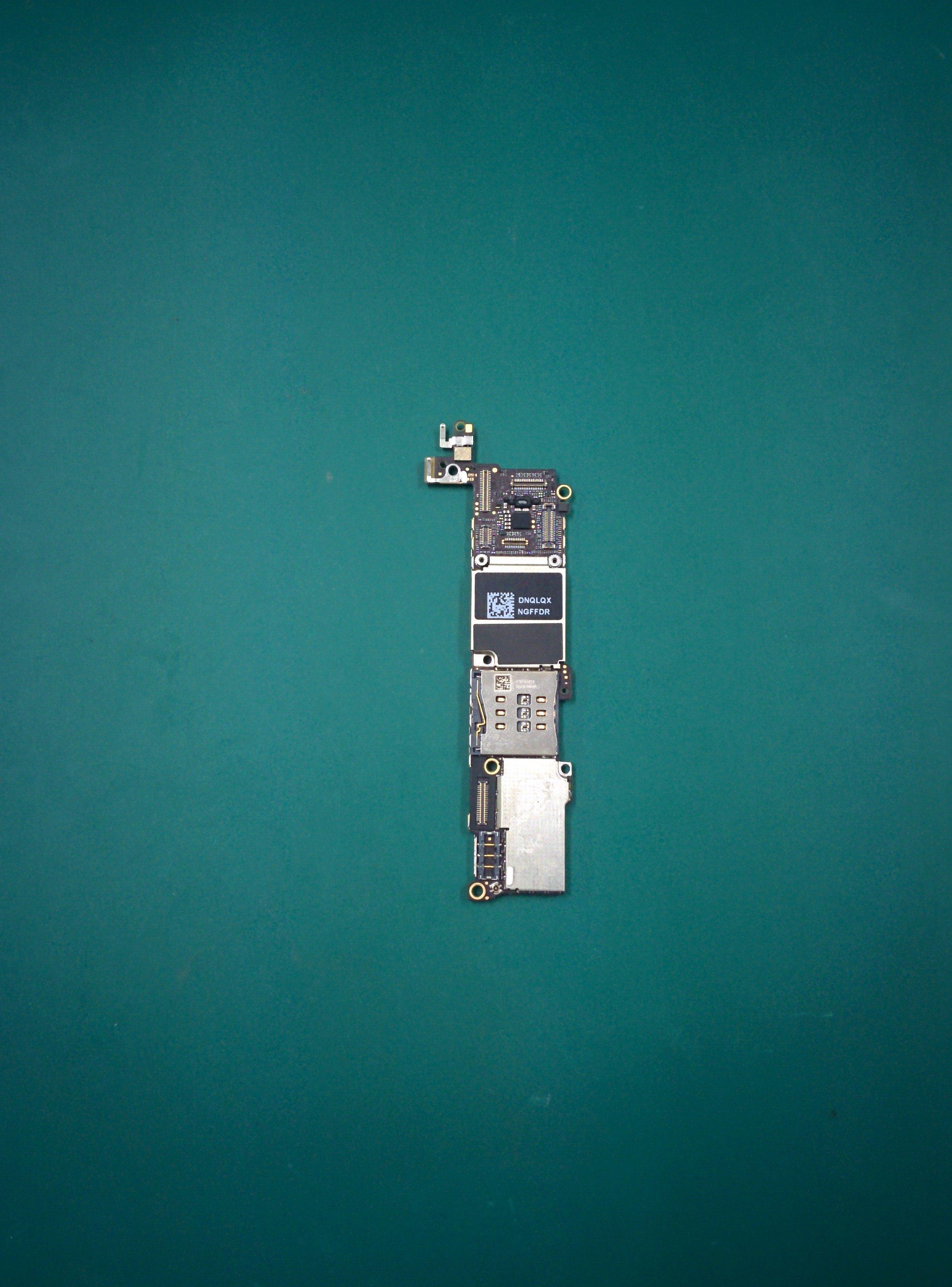 水没復旧で取り外したiPhone 5Sのメイン基盤