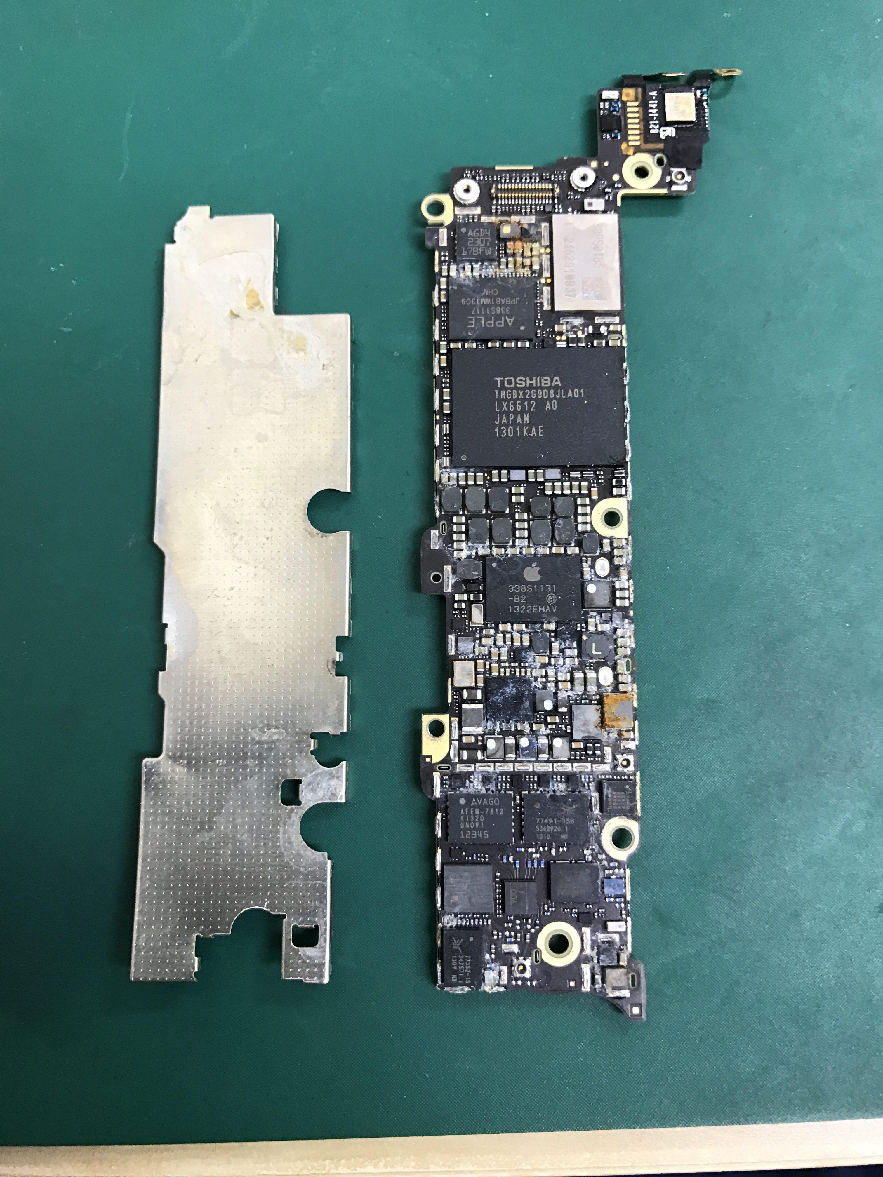 iPhoneの水没修理でプレートを外した画像