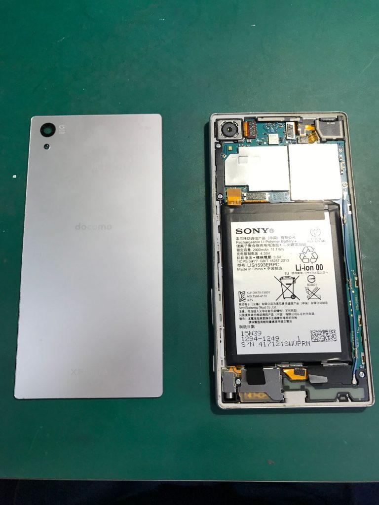 Xperia Z5の背面パネルを外した状態